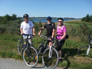 Syklister Lauvøya i bakgrunn